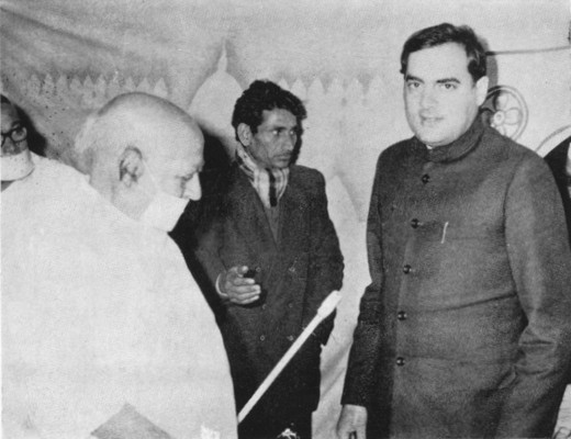 http://www.herenow4u.net/fileadmin/v3media/pics/Books_online/Acharya_Tulsi/Celebrities/T30b_Shri_Rajiv_Gandhi_exchanging_views_with_Acharya_Tulsi.jpg