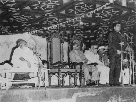http://www.herenow4u.net/fileadmin/v3media/pics/Books_online/Acharya_Tulsi/Celebrities/T31a_Shri_Rajiv_Gandhi__the_Prime_Minister_of_India__speaking_on_the_occasion_of_an_Anuvrat_Conference.jpg