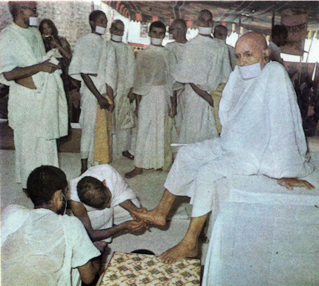 http://www.herenow4u.net/fileadmin/v3media/pics/Books_online/Acharya_Tulsi/Colour_Photos/TC_02c_Prickly_weeds_being_removed_from_his_feet_after_a_bare-footed_walk.jpg