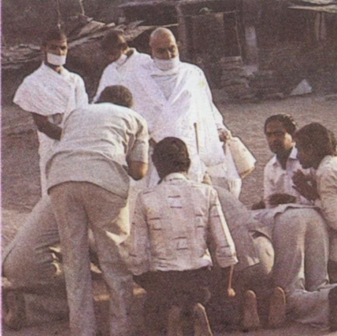 http://www.herenow4u.net/fileadmin/v3media/pics/Books_online/Acharya_Tulsi/Colour_Photos/TC_10b_Stopped_by_devotees_to_enable_them_to_touch_his_feet.jpg