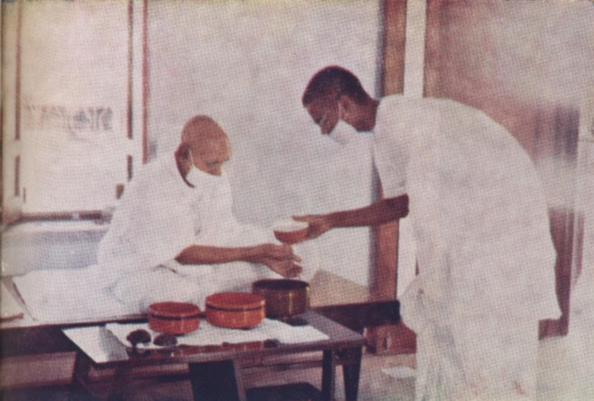 http://www.herenow4u.net/fileadmin/v3media/pics/Books_online/Acharya_Tulsi/Colour_Photos/TC_15a_Washing_the_hands_after_a_meal.jpg
