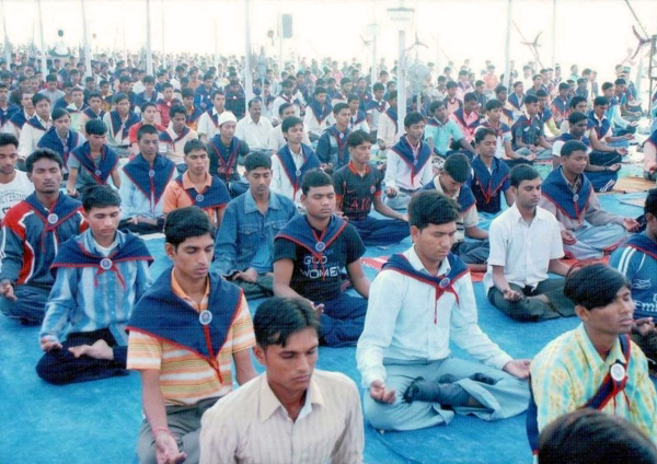 http://www.herenow4u.net/fileadmin/v3media/pics/Locations/Surat/Students_in_meditation.jpg