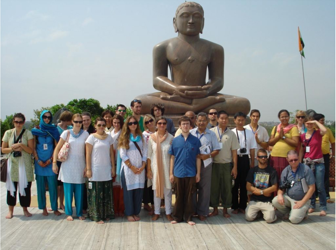 http://www.herenow4u.net/fileadmin/v3media/pics/organisations/ISSJS/2010/ISSJS_2010_CLASS_GROUP_PHOTO_AT_AHIMSA_STHAL_in_NEW_DELHI.jpg