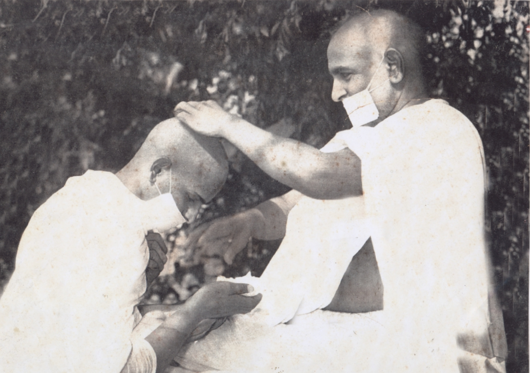 http://www.herenow4u.net/fileadmin/v3media/pics/persons/Acharya_Tulsi/Acharya_Tulsi_-_initiating_a_monk.jpg