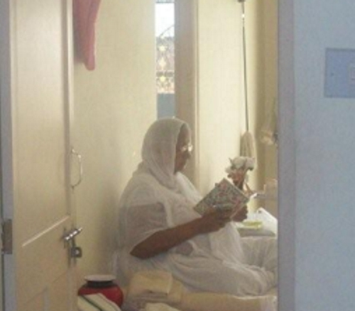 http://www.herenow4u.net/fileadmin/v3media/pics/persons/Dr._Atul_K._Shah/Ascend_The_Mind/A_Sadhvi__nun__reading_and_reflecting_during_Chaumasa.jpg